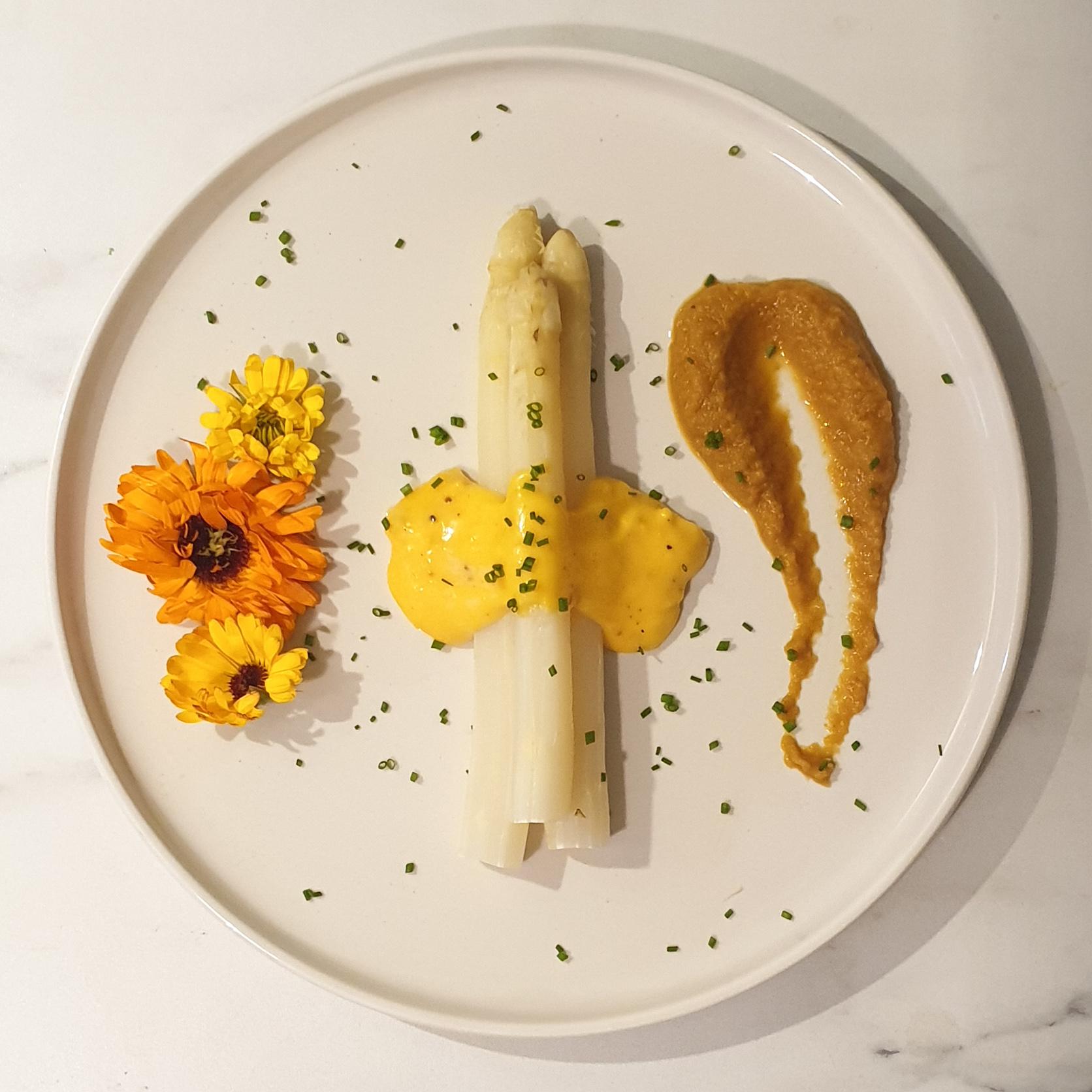 Asperges, sauce hollandaise et purée d'oignons au safran