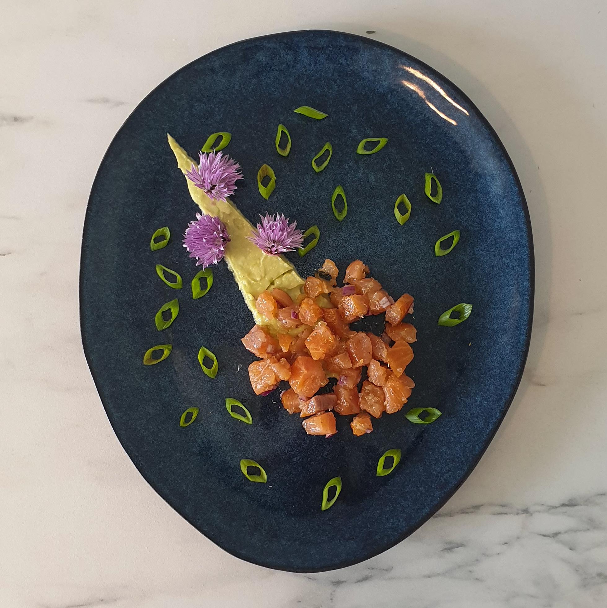 Tartare de saumon fumé au bois de hêtre, poivre de sapin, citron caviar et guacamole